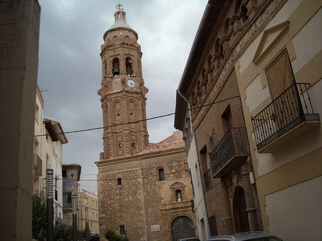 Imagen de la Plaza de la Iglesia de Oliete (Teruel)